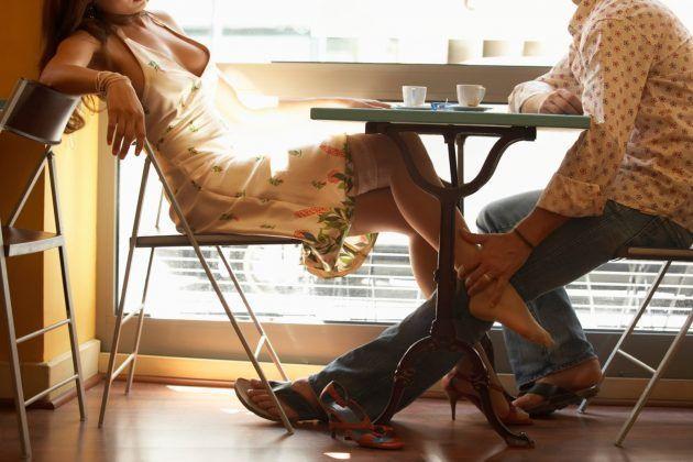 pod-stolom-yubka-smotret