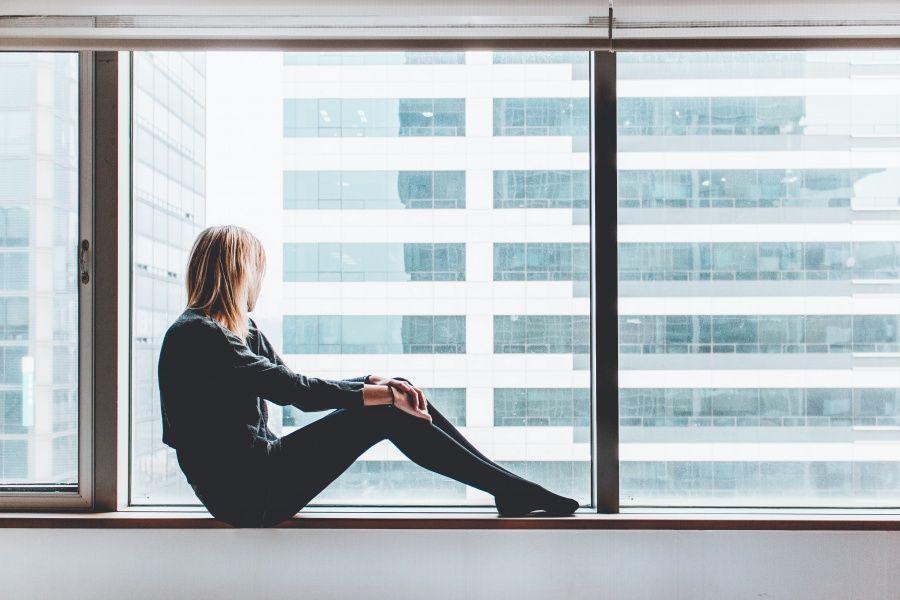 Фото девушки в душевой кабине со спины #1